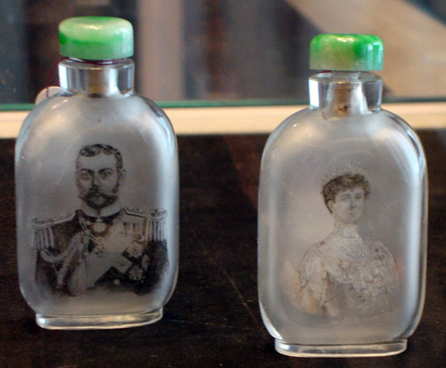 Pair of inside-painted glass snuff bottles with portraits of Queen Mary and King George V by Ma Shaoxuan